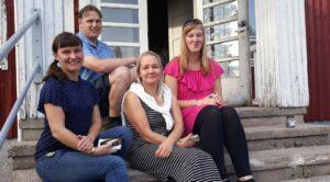Vähikkälän kylän aktiivit istumassa seuratalon portailla