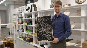 Yksi Papurinon yrittäjistä, Olli Tuomela, esittelee vanerista tehtyä karttaa Turengista-