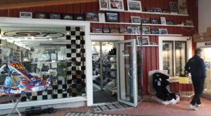 Sarlin Race teamin toimitilat ovat täynnä moottoriurheiluun liittyvää tavaraa.