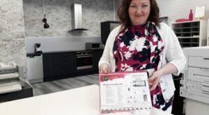 Naisdesignin yrittäjä Minna Lindberg uusissa toimitiloissaan.