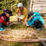 Lapset tekevät luonnonmateriaaleista käsitöitä Laurinmäen torpparimuseolla.