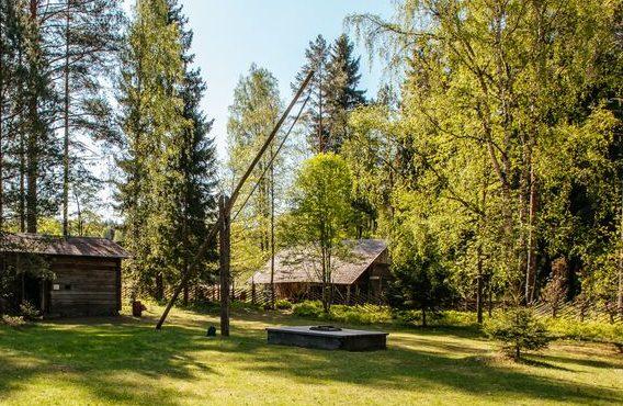 Vinttikaivo keskellä Laurinmäen torpparimuseon pihaa