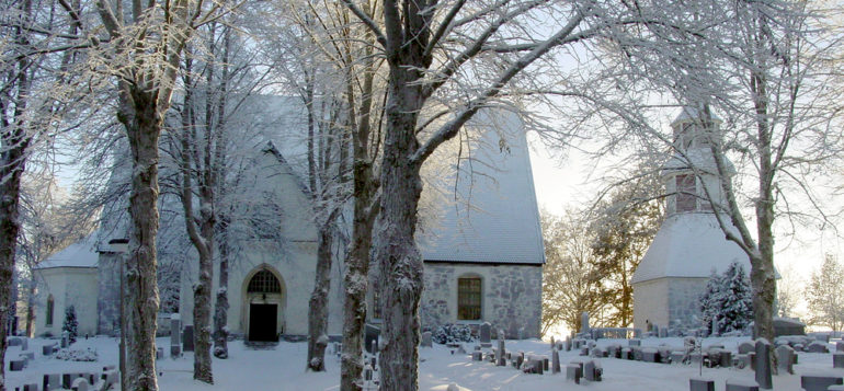 Janakkalan Pyhän Laurin kirkko talvella hautausmaan käytävältä katsottuna.