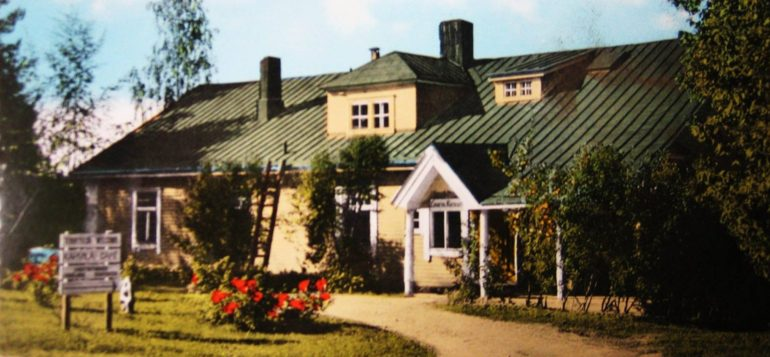 Räikälän kiervarin puinen, keltainen ja vihreäkattoinen rakennus Janakkalan Laurinmäen alueella ennen tuhoutumistaan 1981 tulipalossa.
