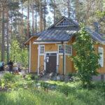 Alkukesän vehreä Keltaisen talon piha Laurinmäen kesänavaus tapahtumassa.