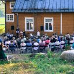 Kesäkonsertti käynnissä Laurinmäen Keltaisen talon pihalla kuvannut Anne Immonen.