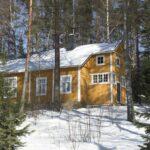 Keltainen talo talviauringossa.