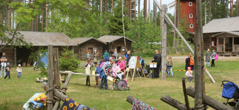 Summer event with workshops at Laurinmäki Crofter's Museum yard.