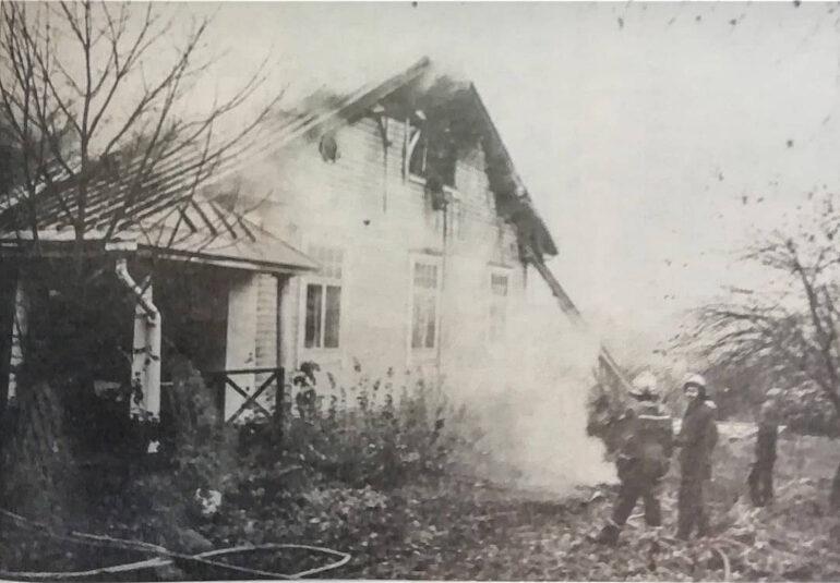 Laurin kievari on tulessa vuonna 1981 ja palomiehet seisovat sammutustöissä ulkopuolella