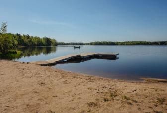 Järvimaisema Ahilammen rannalla, järvellä yksinäinen vene.
