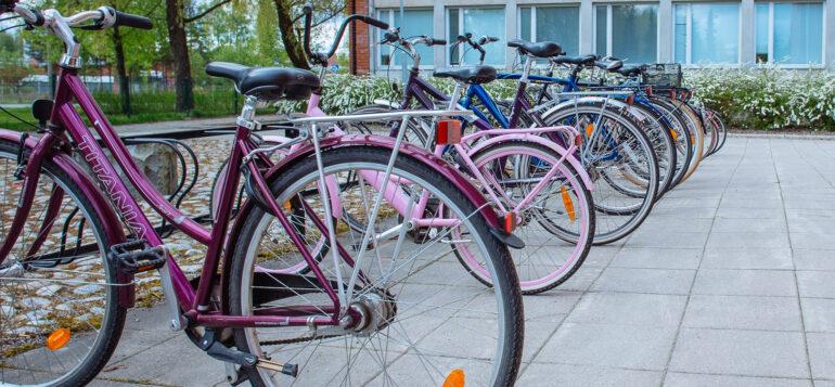 Polkupyöriä Tervakosken yhteiskoulun pyöräparkissa