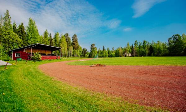 Urheilukenttä kauniina kesäpäivänä.