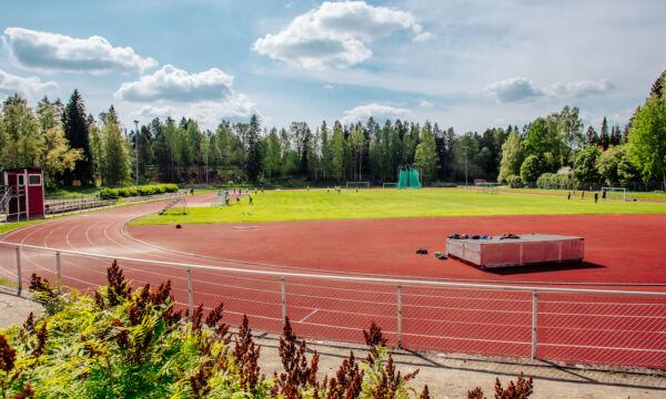 Urheilukenttä, missä näkyy juoksuradat ja hyppypatja.
