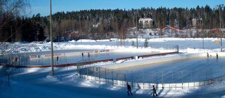 Jääkiekkokaukalot kuvattuna aurinkoisena talvipäivänä.