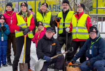 Kunnan henkilökunnasta koostuva joukkue lumenveistokilpailussa.