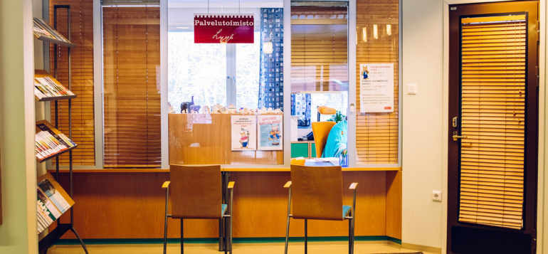 Palvelutoimiston Lyylin asiointiluukku kunnantalon aulassa.