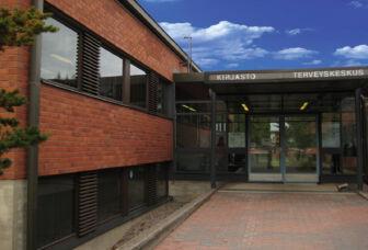 Tervakosken kirjaston punatiilinen julkisivu ja sisäänkäynti.
