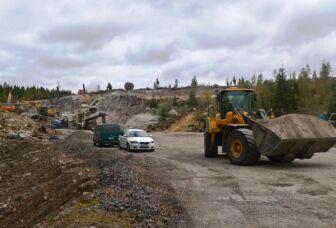 Kaivinkoneita työskentelemässä soramontulla.