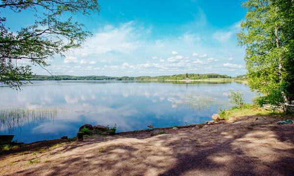 Rehakan uimarannan järvimaisema kallion päältä kuvattuna.