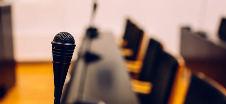 Mikrofoni tyhjässä valtuustosalissa.
