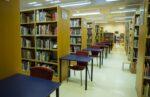 Pääkirjaston aikuistenosaston lukupaikkoja.