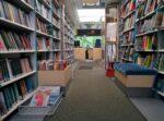 Janakkalan kirjastoauton kirjahyllyt pursuavat lainattavia kirjoja.