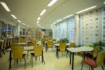 Pääkirjaston lehtisali, jossa pöytiä ja tuoleja sekä lehtihyllyjä.