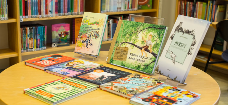 Pyöreällä pöydällä esillä lastenkirjoja.