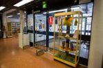 Kirjaston sisäänkäynti, jonka vieressä keltainen näyttelyvitriini.