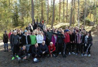 Ensimmäisen vuosikurssin opiskelijoita tiimijakson aloituspäivässä Mallinkaisilla lokakuussa 2016