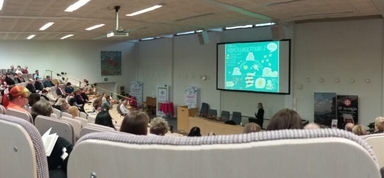 Yleisö istumassa Kiipulan auditoriossa