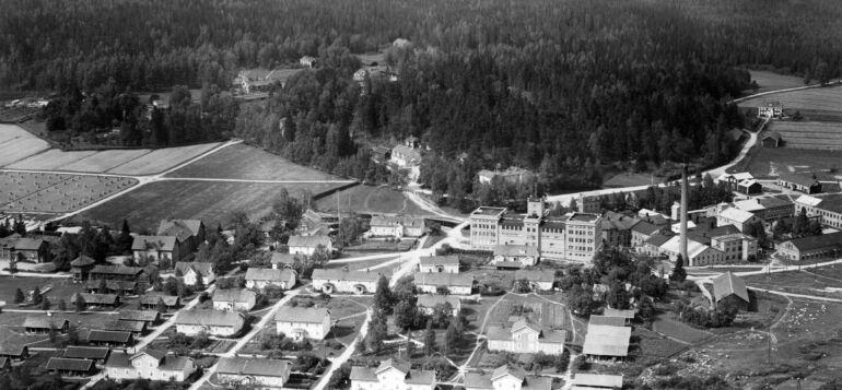 Ilmakuva Tervakoskelta vuodelta 1930, jossa näkyy vanhakylä, tehdas ja kartano.
