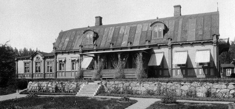 Kuva vuodelta 1898 mansardikattoisesta Tervakosken kartanosta, jonka ikkunoissa markiisit ja edessä kiviset portaat.