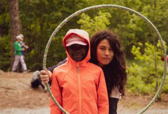 Vapaaehtoistyöntekijä lapsen kanssa luonnossa.