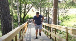Mies juoksemassa Tervakosken kuntoportaita ylös.