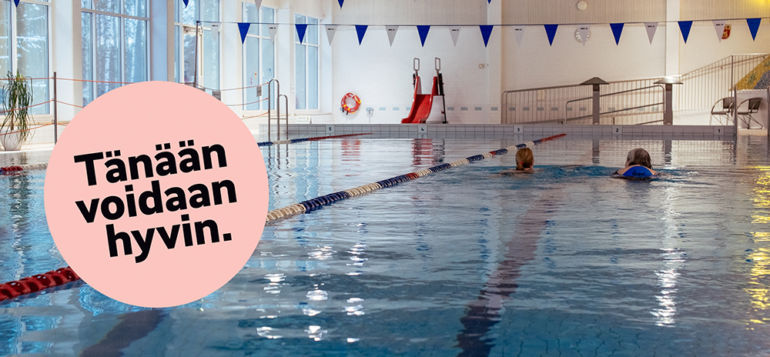 Tänään voidaan hyvin lähteä uimaan. Kaksi naista uimassa Tervakosken uimahallissa.
