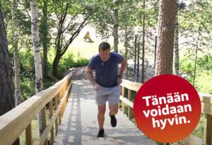Tänään voidaan hyvin rampata rapuissa. Liikunnanohjaaja Jorma Vaara kiipeää ylös Tervakosken kuntoportaita.