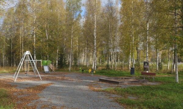Mäntyniemen leikkipaikan välineet odottavat leikkijöitä.