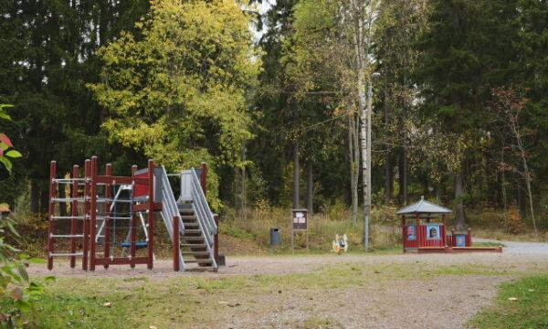 Oravapolun leikkipaikan kiipeilyteline, liukumäki ja leikkikatos.