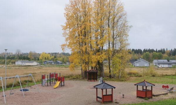 Keinut, kiipeilyteline ja muut leikkivälineet Eväsojan leikkipaikalla.