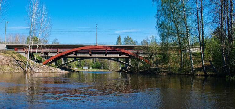Leppäkosken Puujoen silta joelta päin kuvattuna.