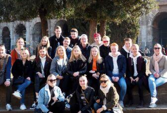 Opiskelijaryhmä Roomassa Colosseumin edessä.