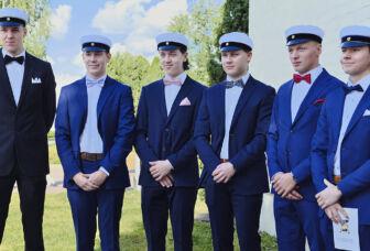 Kevään 2020 ylioppilaita Turengin liikuntahallin edustalla.