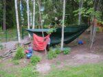 Lapset leikkivät Porttilantien päiväkodin pihalla puiden väliin ripustetun pressumajan alla.