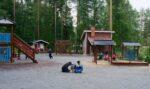 Lapsia leikkimässä Kivitaskun päiväkodin leikkipaikalla.