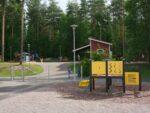 Liukumäki ja muita leikkiväleineitä Kivitaskun päiväkodin piha-alueella.