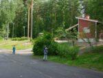 Kolme poikaa leikkimässä Kivitaskun päiväkodin pihalla.