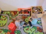 Kaksi tyttöä leikkii Porttilantien päiväkodissa leluilla leikkimaton päällä.