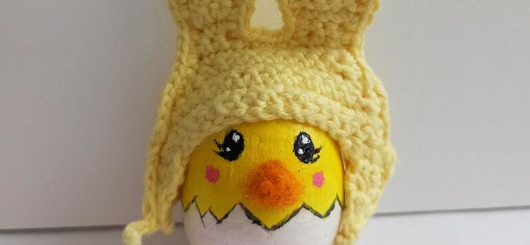 Janakkalan upein pääsiäismuna 2021 on keltainen tipumuna jolla on virkattu, korvallinen hattu.