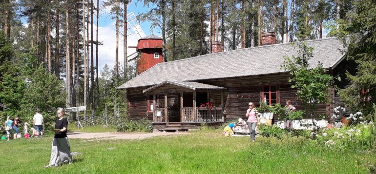 Aurinkoinen kesäpäivä Laurinmäen Vähä-Kurjen torpan pihamaalla